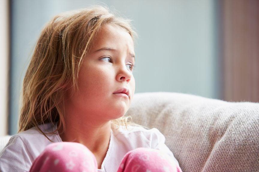 trauriges Mädchen auf dem Sofa