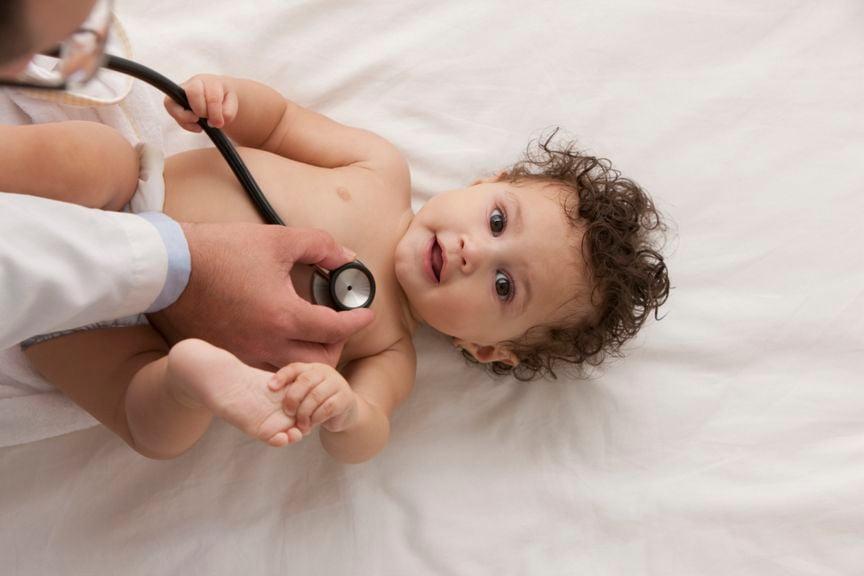Baby wird mit Stethoskop untersucht