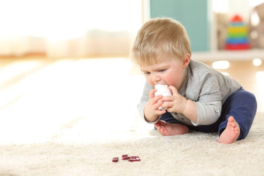 Kind mit Medikanmenten und Pillendose