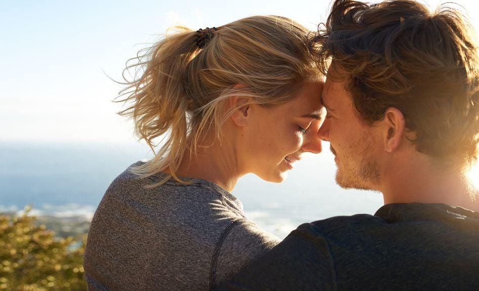 Verliebtes Paar in der Sonne