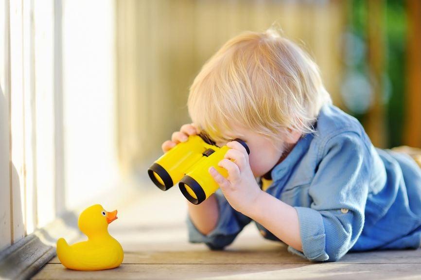 Neugieriges Kind mit Fernglas