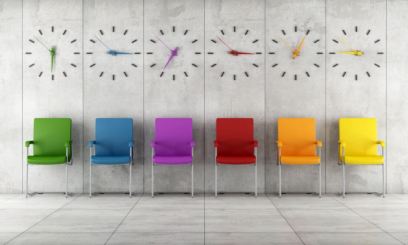 Wartezimmer mit bunten Stühlen