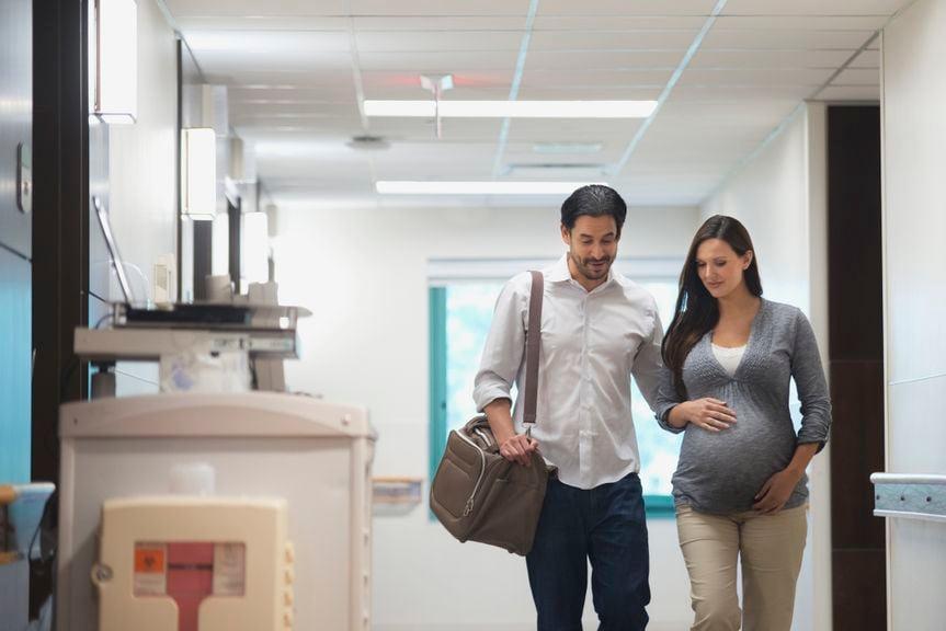 Partner begleitet die Schwangere durchs Spital