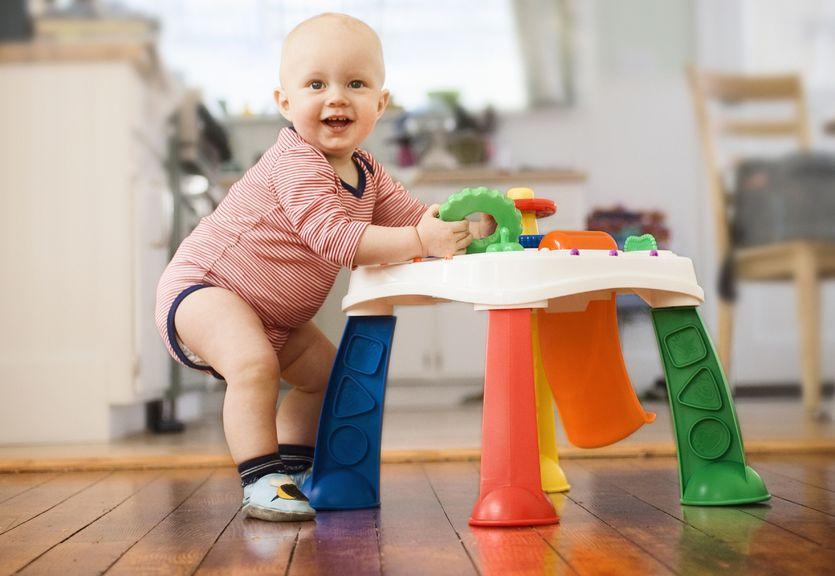 Baby steht am Spieltisch