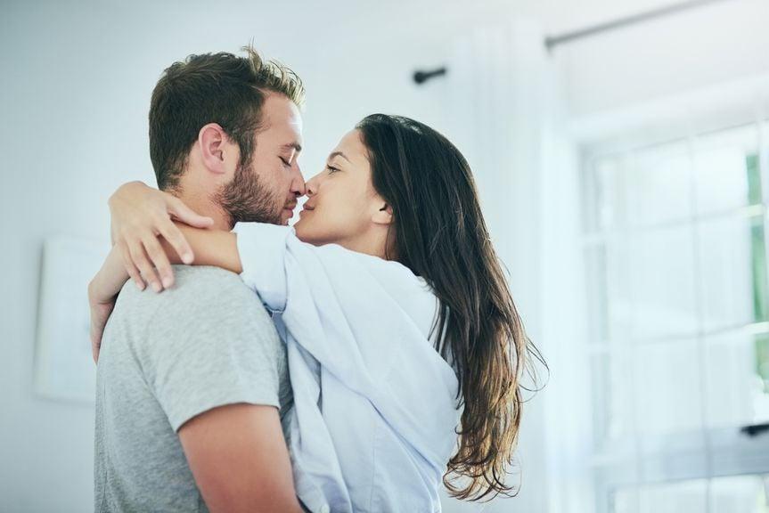 Paar umarmt und küsst sich