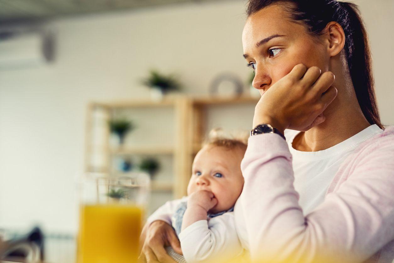 Mutter mit Baby schaut nachdenklich