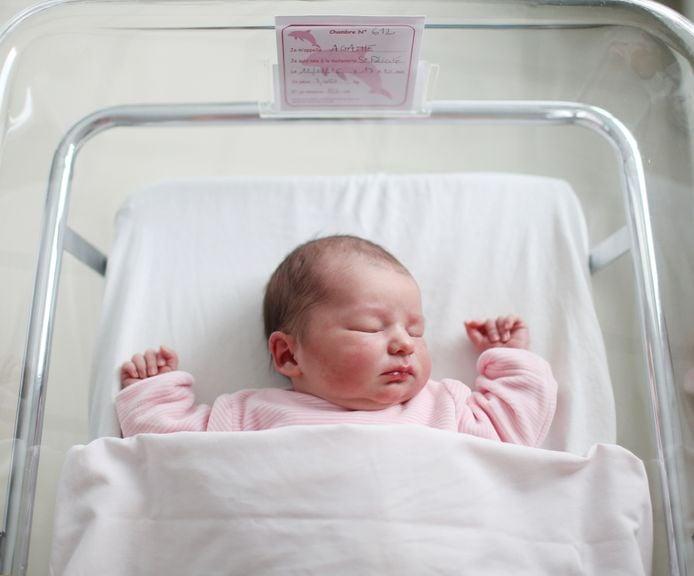 Neugeborenes Mädchen im Säuglingsbett