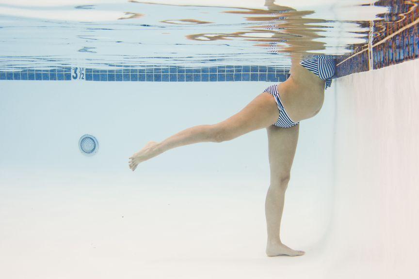 Schwangere macht Wassergymnastik