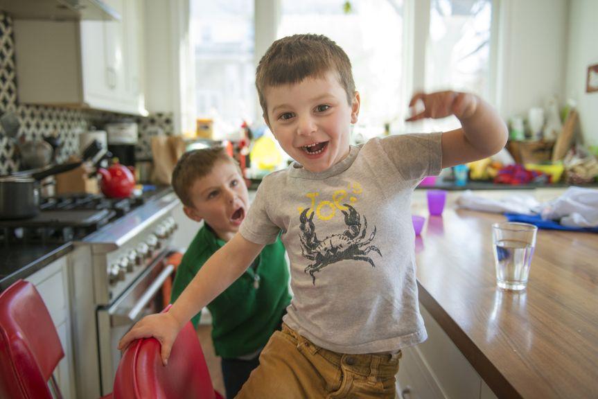 Kinder rennen durch die Küche