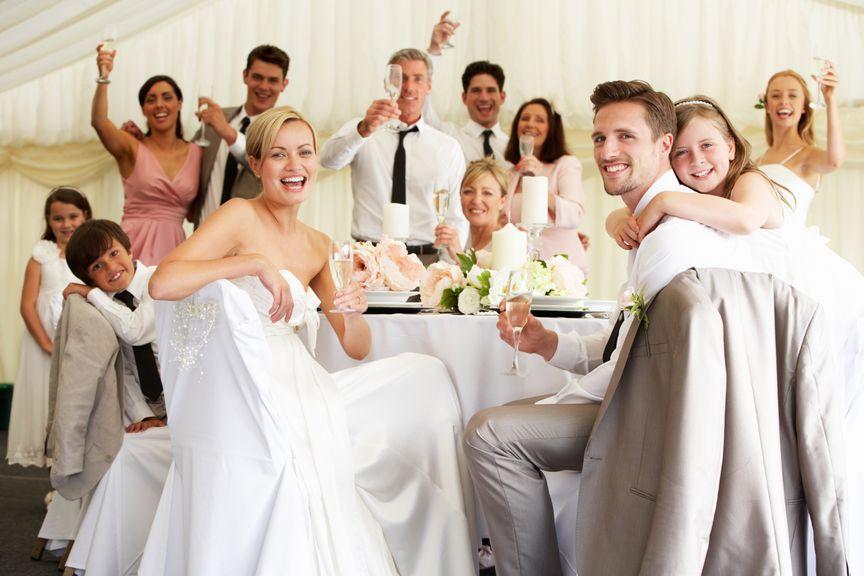 Hochzeitspaar am Tisch