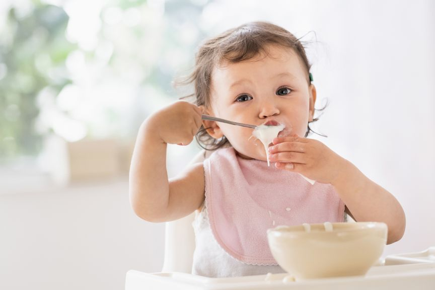 Baby isst aus einer Schüssel
