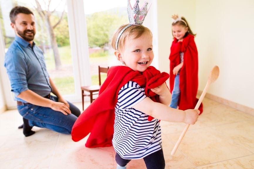 Vater und Kinder spielen Prinz und Prinzessin