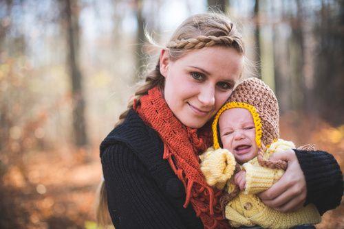 Mutter hält weinendes Baby im Arm