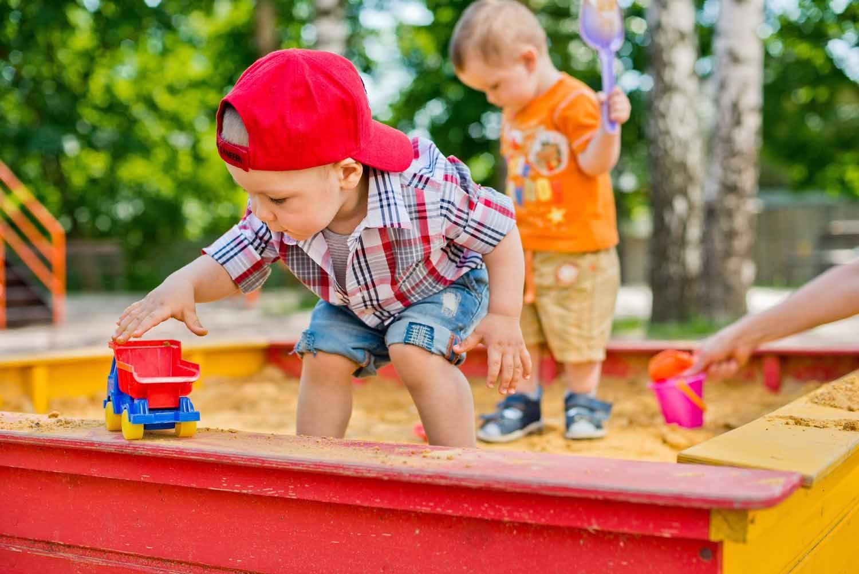 Kinder im Sandkasten auf dem Spielplatz