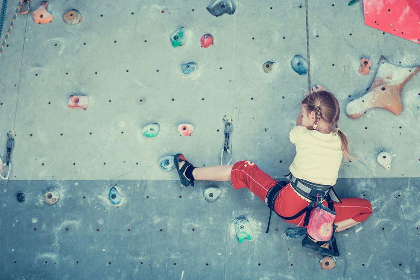 Kind in der Kletterwand