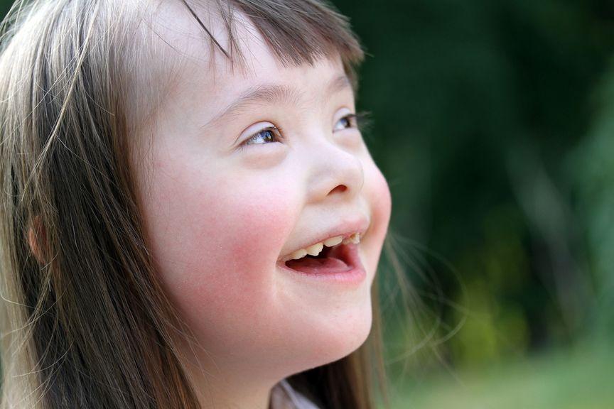 Nahaufnahme von einem Mädchen mit Down Syndrom