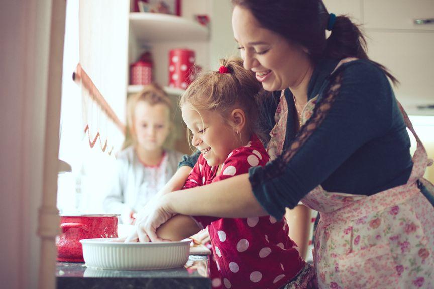 Mutter und Kinder beim Kochen