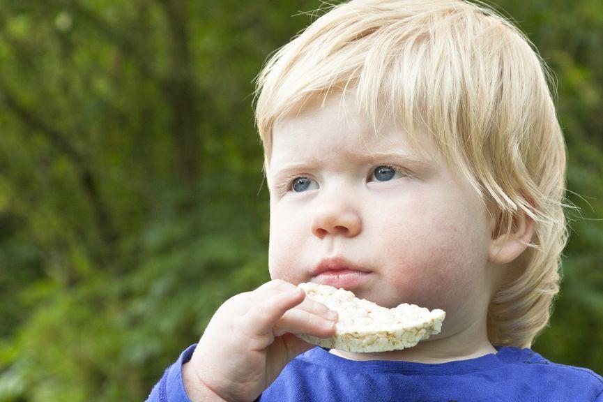 Kind mit Reiswaffel