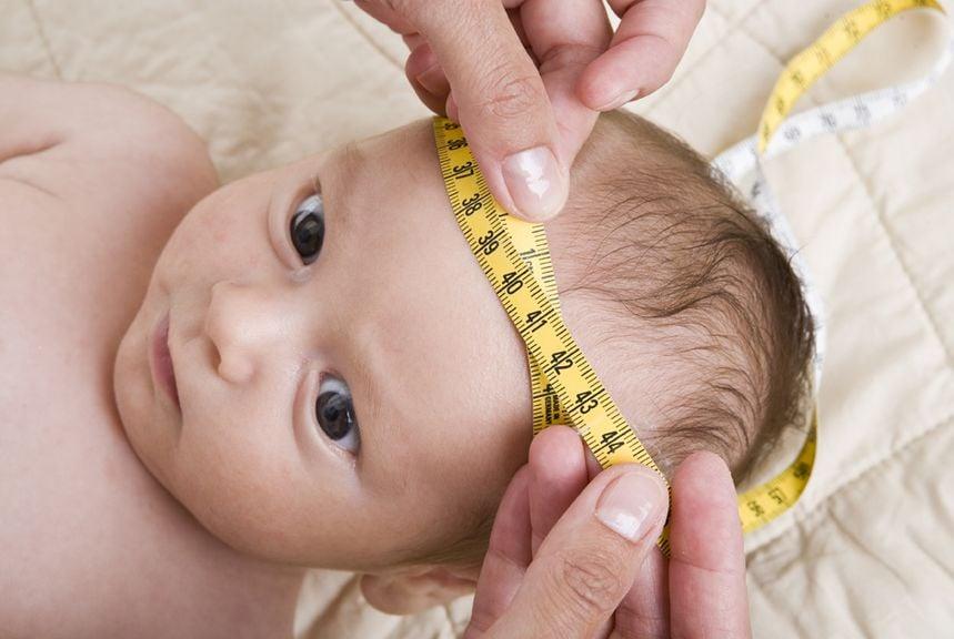 Kopfumfang wird gemessen