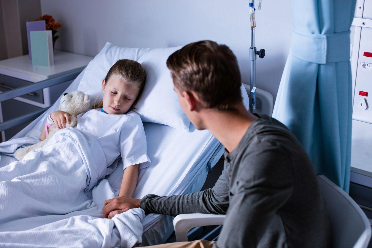 Vater bei Kind am Spitalbett