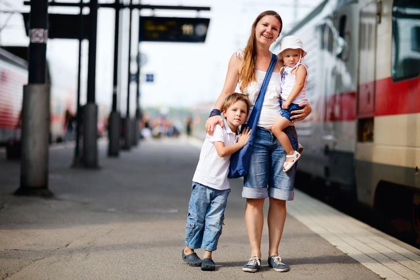 Mutter und Kinder auf dem Perron,Mutter und zwei Kinder im Bahnhof
