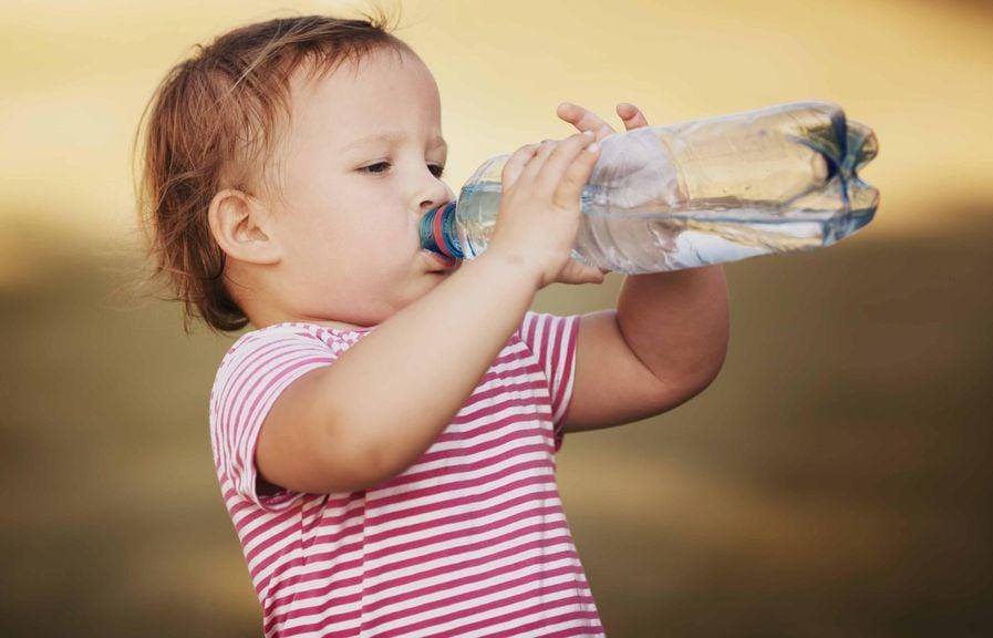 Trinkt alleine aus der PET-Flasche