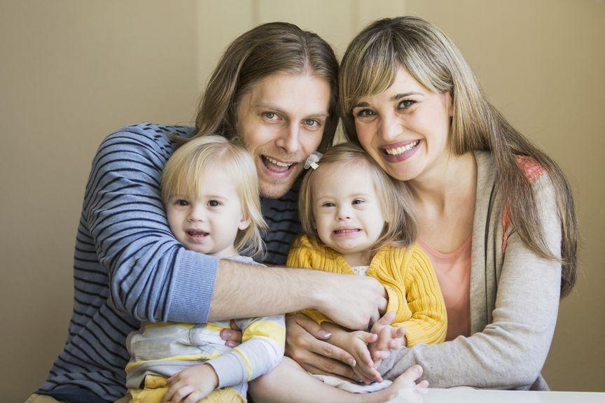 Familie mit zwei Kindern, eines mit Down Syndrom