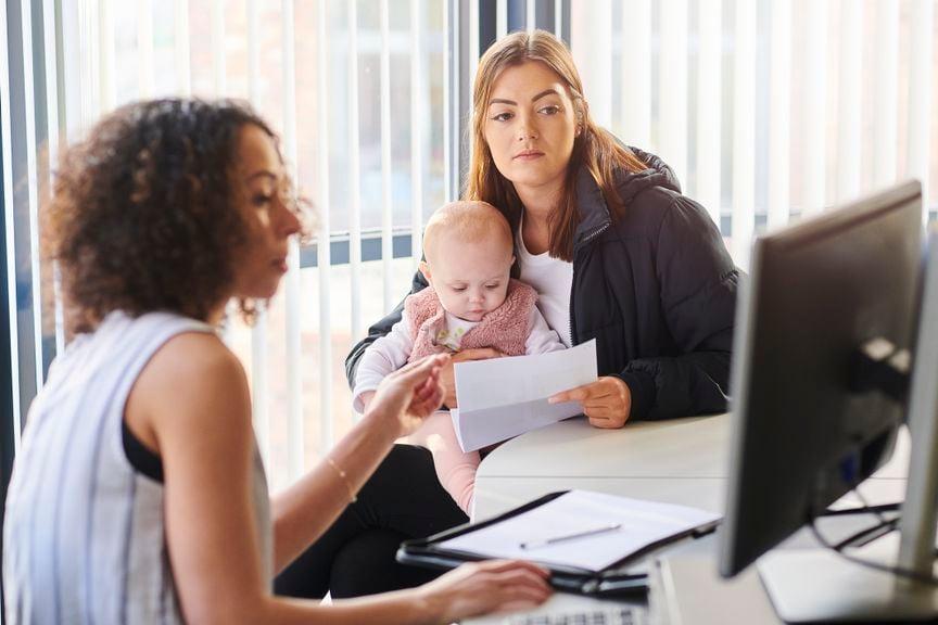 Mutter mit Baby auf dem Sozialamt