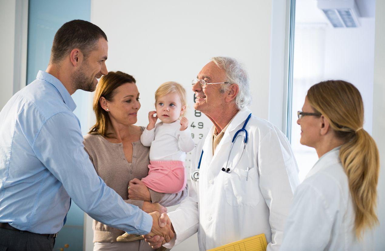 Familie mit Kind verabschiedet sich von den Ärzten