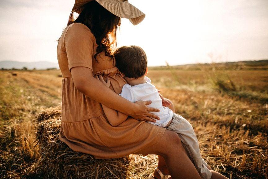 Mutter mit Kind in einem Feld