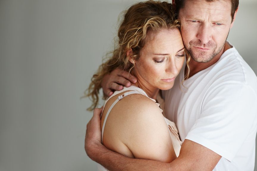 Paar in nachdenklicher und trauriger Stimmung umarmt sich