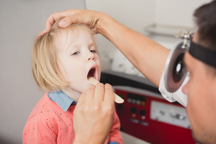Kind wird vom Arzt untersucht