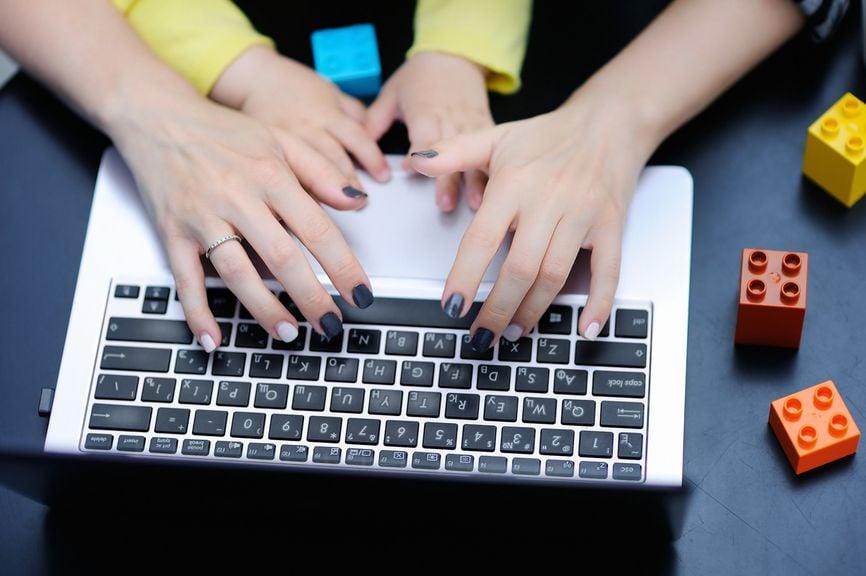 Mutter und Kind am Laptop