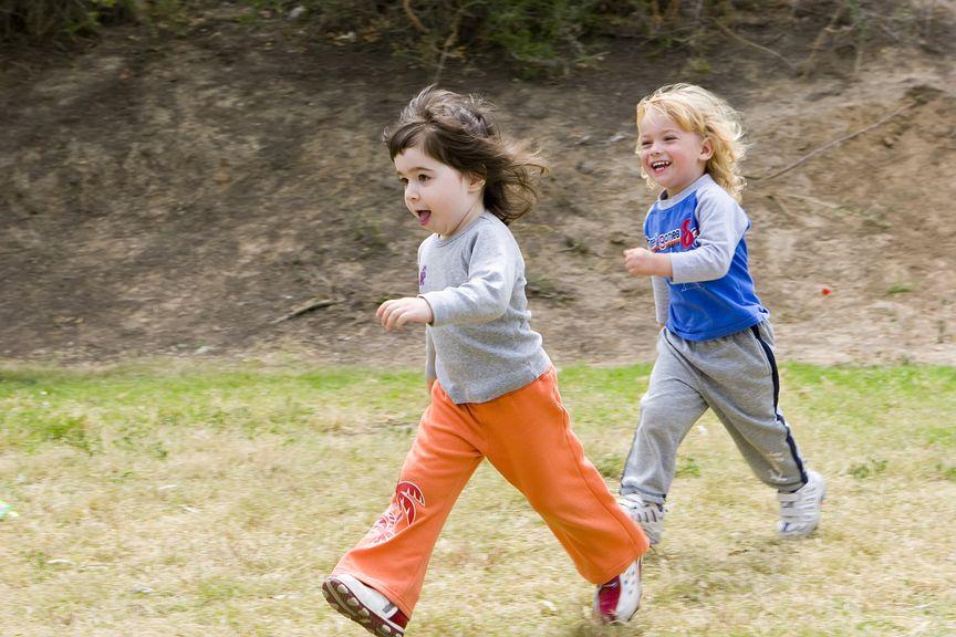 Kinder rennen über die Wiese,Zwei kleine Jungen laufen