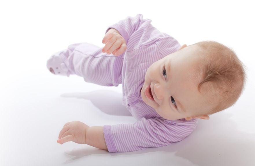 Baby rollt sich auf den Bauch