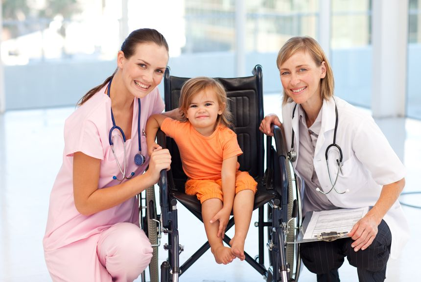 Kind im Rollstuhl im Spital