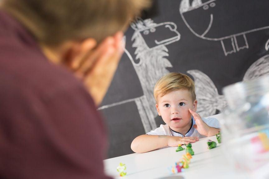 Arzt macht einen Test mit dem Kind