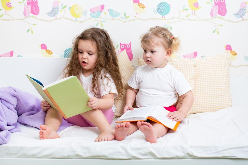 Zwei Schwestern mit Büchern