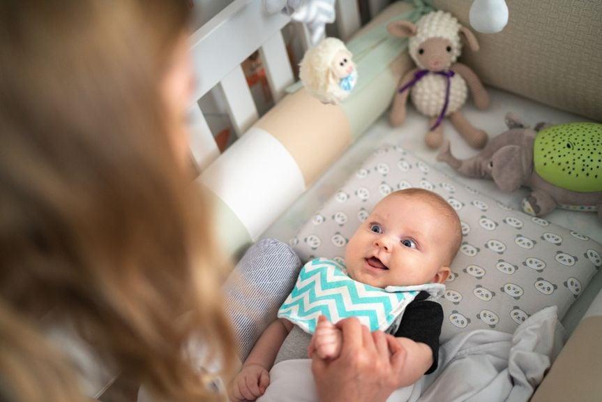 Baby lächelt Mutter an