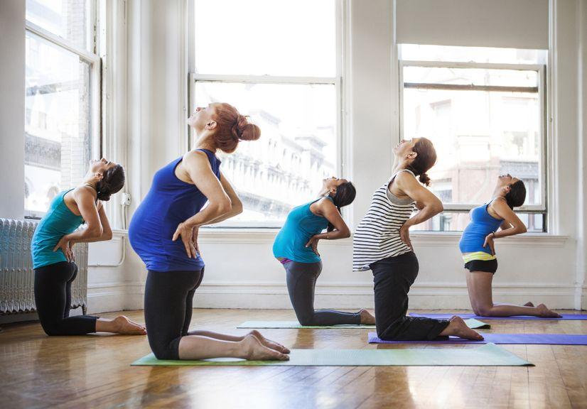 Gruppe von Schwangeren bei der Gymnastik
