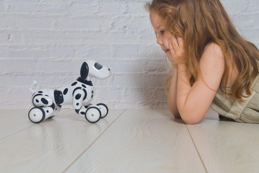 Mädchen mit Roboterhund