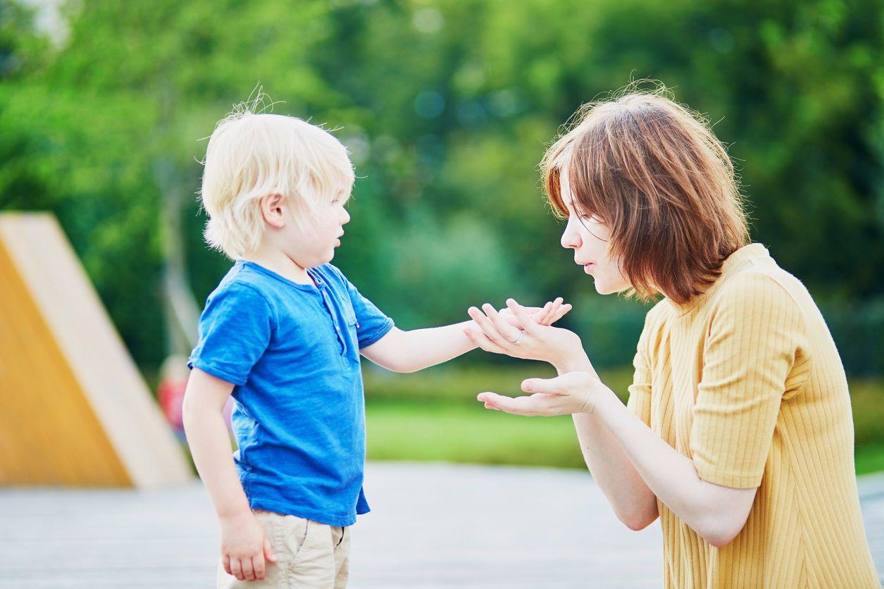 Mutter bläst Wunde vom Kind