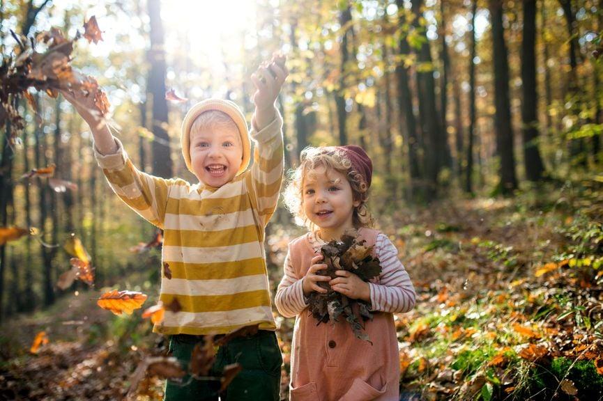 Geschwister im Herbstwald