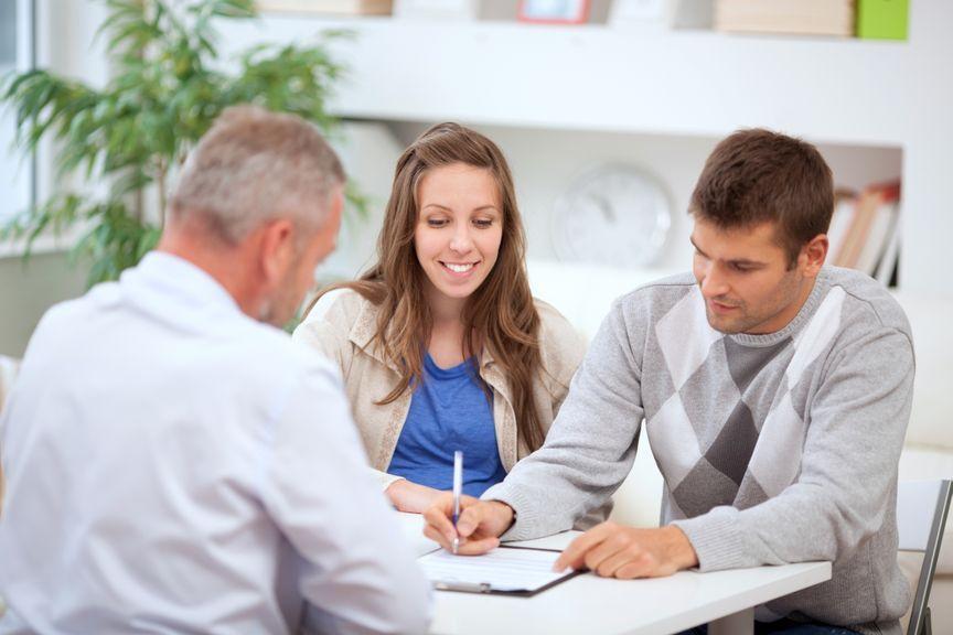 Werdende Eltern mit Finanzberater