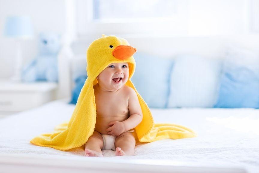 Baby nach dem Bad mit gelbem Entenhandtuch