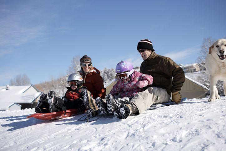 Familie auf Schlitten im Schnee