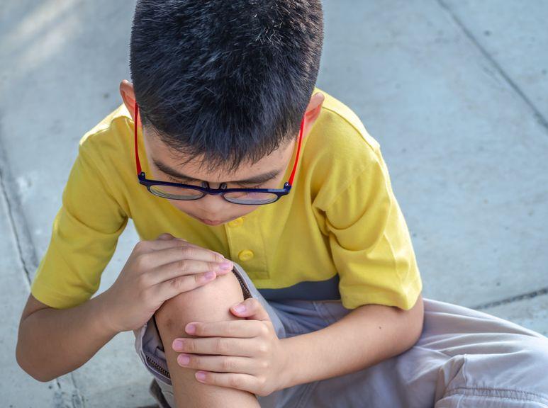 Junge hat Schmerzen am Bein