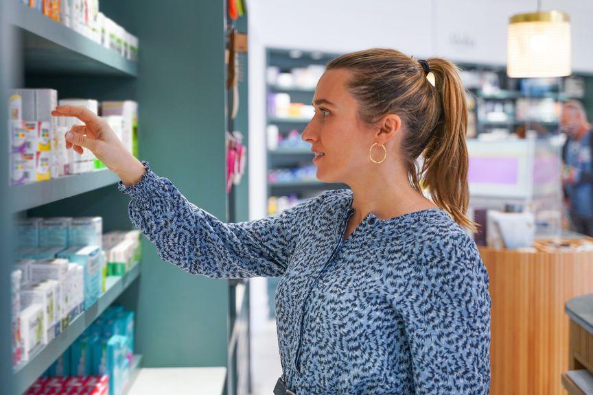 Frau vor einem Gestell mit Produkten