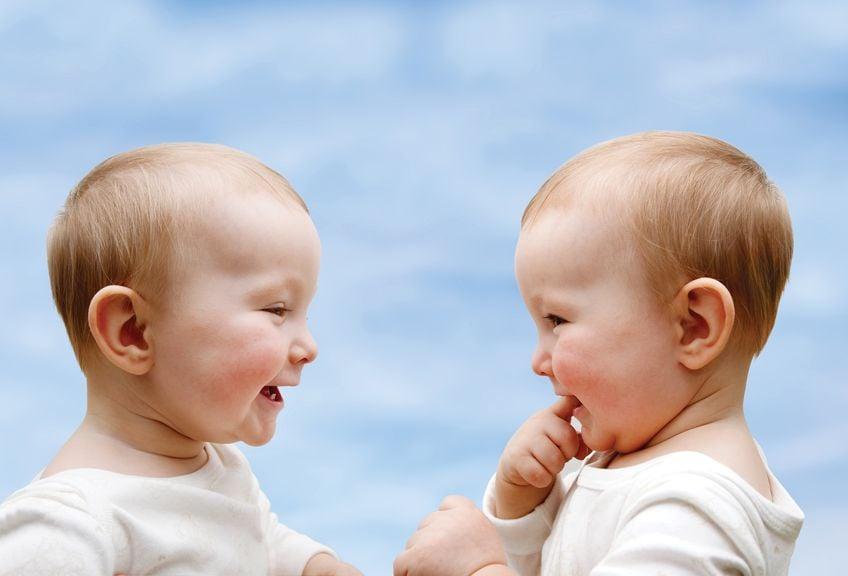 Zwillinge reden miteinander