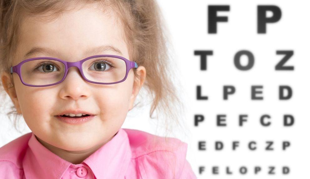Mädchen mit Brille und Sehtest